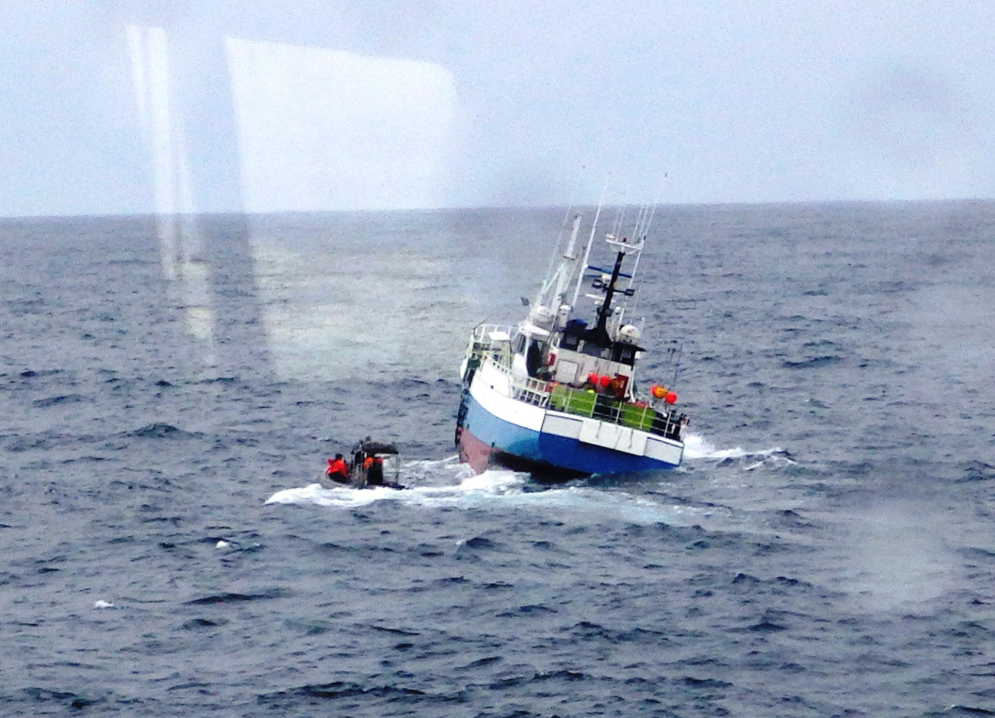El patrullero 'Serviola' auxilia a un pesquero