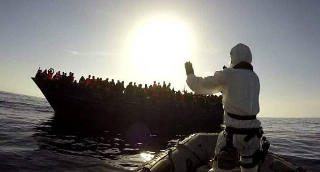 La fragata 'Canarias' rescata 112 inmigrantes en aguas del Mediterráneo