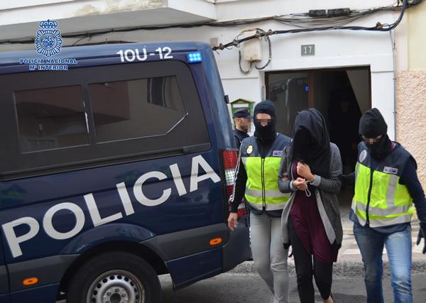 Los dos detenidos habían organizado una sofisticada red internacional de captación, adoctrinamiento y reclutamiento de nuevos adeptos a favor de la causa yihadista y mantenían un contacto permanente con otros miembros operativos del DAESH en Siria