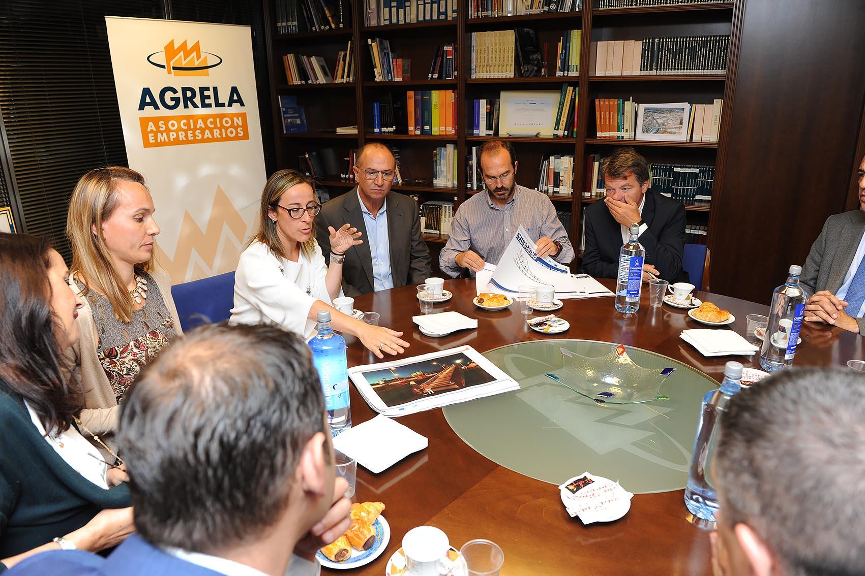 La Xunta les presenta a los empresarios de Agrela el diseño de la pasarela de Marineda que incluye la integración paisajística del entorno